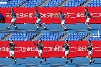 ボールを追い越すつもりで回り込むという高橋選手。打つ時にボールと身体の間にスペースを作れれば(6コマ目)、正確かつパワフルにスイングできる。写真:THE DIGEST写真部