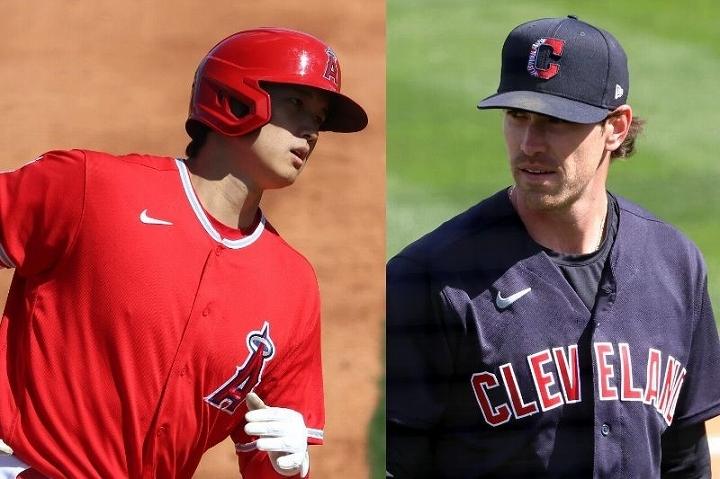 昨シーズンのサイ・ヤング賞投手であるビーバー(右)を打ち砕いた大谷(左)に米メディアから賛辞が相次いでいる。 (C) Getty Images