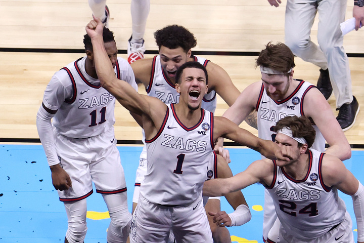 4年ぶりの決勝進出を果たしたゴンザガ大。ブザービーターを決めたサッグスを中心に歓喜の輪を作った。(C)Getty Images