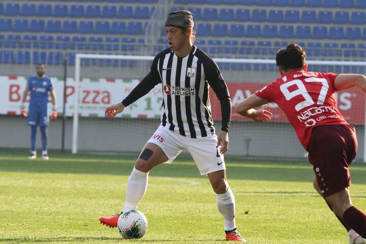 本田の新天地デビュー戦は0-2の敗戦と厳しい結果に。(C)Neftçi Baku