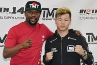 2018年にメイウェザー(左)とのビッグマッチで世界的な知名度を上げた那須川(右)が、ボクシング転向を宣言した。(C) Getty Images