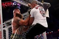 迫力満点のレスリングを披露したストローマン(左)は、シェイン(右)を力で凌駕した。(C) 2021 WWE, Inc. All Rights Reserved.