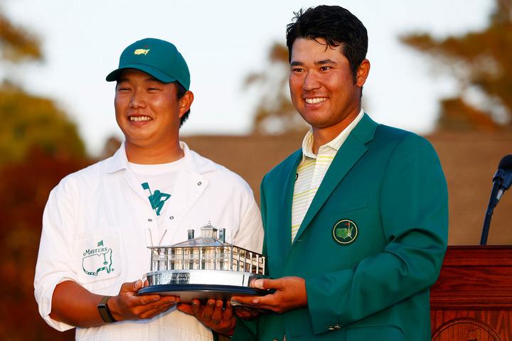 日本男子初のメジャー制覇を果たした松山(右)とキャディを務めた早藤さん(左)。(C)Getty Images
