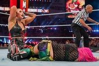 リプリー(左)の激しい攻撃を受け、横たわるアスカ(右)。大注目のタイトルマッチは熾烈を極めた。(C)2021 WWE, Inc. All Rights Reserved.