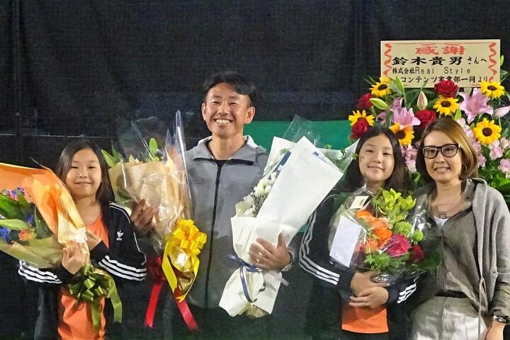 引退セレモニーで支えてくれた人たちに感謝を述べた鈴木貴男。写真は家族と。写真:スマッシュ編集部