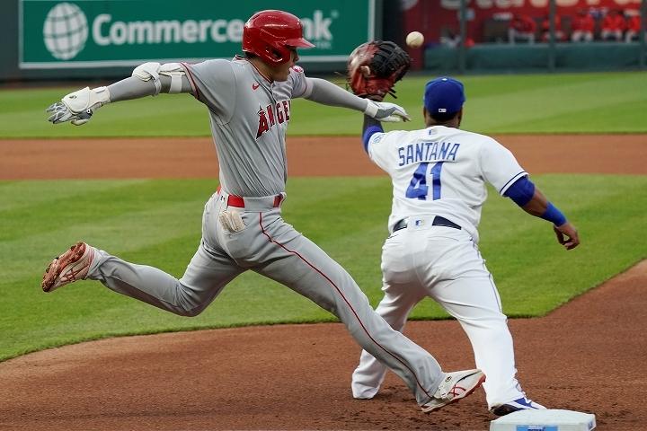 投打で話題を振りまいている大谷は足でもファンを魅了し、メジャーの猛者たちとハイレベルな戦いを繰り広げている。(C) Getty Images