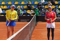 第2試合を戦ったコスチュク(左)と内藤祐希(右)。若手対決はコスチュクが制し、日本は後がなくなった。写真:日本テニス協会