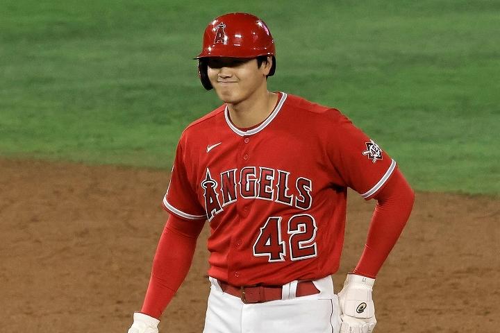 2塁ベース上で笑みを浮かべる大谷。彼の溌溂としたプレーに指揮官も目を細める。(C) Getty Images