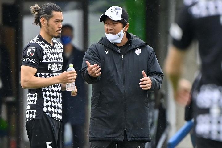 神戸は紆余曲折を経て、クラブOBでもある三浦監督の指揮の下、チーム強化を進めている。(C) SOCCER DIGEST