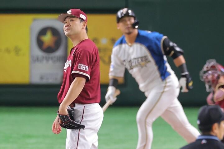 5回を投げた田中(左)は、中田(右)に一発を浴びるなど、4安打5奪三振、3失点で敗戦投手となった。写真:産経新聞社