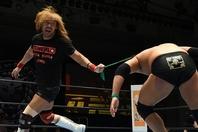 内藤(左)と壮絶なバトルを内外で繰り広げるオーカーン(右)。この両雄の戦いは日に日に激しさを増している。(C)新日本プロレス