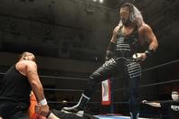 試合後、黒頭巾をかぶせて踏みつけるEVIL。この攻撃を受けた矢野は泣きながら……。(C)新日本プロレス