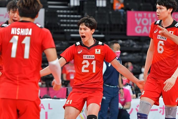 高橋(21番)を中心に中国を凌駕した日本は親善試合2連勝を飾った。写真:金子拓弥(THE DIGEST写真部)