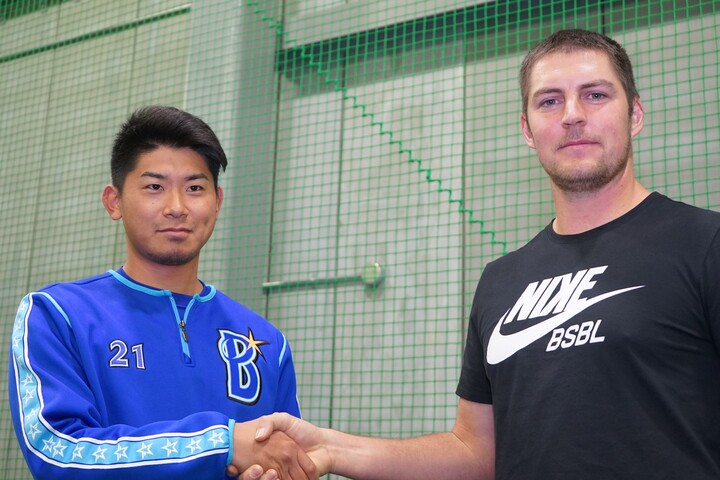 昨年バウアー(右)がDeNAの施設を訪れるなど、データへの意識はチーム全体に浸透している。写真:萩原孝弘