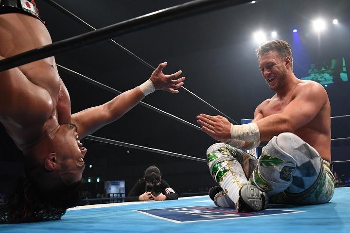 鷹木の力技にも動じずにテクニカルな技で応戦したオスプレイが見事に防衛を果たした。(C)新日本プロレス