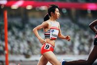 外国人選手の後ろについて走る田中の姿。消極的になるも、最後は大差をつけて優勝した。写真:本永創太