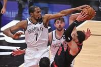 デュラント(左)はブルズを「多くのタレントがいて、複数の選手が多才なことをこなせる」と評価した。(C)Getty Images