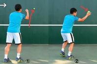 壁に向かって下からボールを手投げし(1)、跳ね返ってきたボールを右手でキャッチする(2)。これはフォアボレーの練習。写真:THE DIGEST写真部