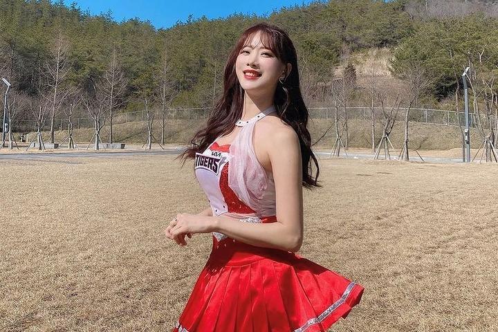 独特のチア文化がある韓国。そのなかでキム・ハンナさんは長きに渡ってトップシーンに君臨している(写真は公式インスタグラムより)。