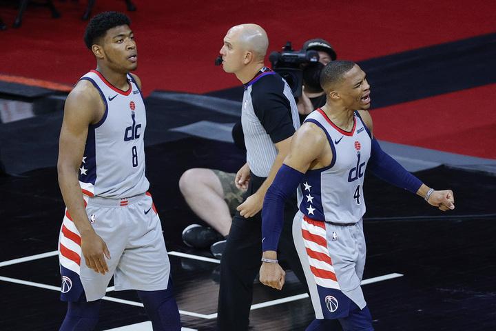 八村は加入1年目のウエストブルック(右)からリーダーシップやバスケに対する思いなど、様々なことを学んだという。(C)Getty Images