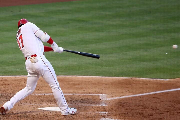第2打席、レフト前に鋭い当たりを飛ばす大谷。打球の速さが写真からも分かる。(C)Getty Images