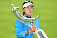 優勝インタビューでは歓喜の涙をこぼした青木。8月に開催される海外メジャー「AIG女子オープン」出場権も手にした。(C)Getty Images