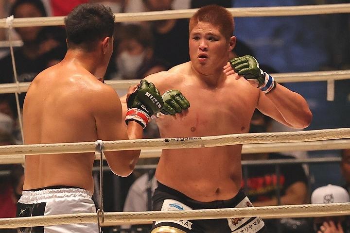 ヘビー級らしい迫力のある攻防を制したのは、「日本最強」のシビサイ(手前)だった。写真:塚本凜平(THE DIGEST写真部)