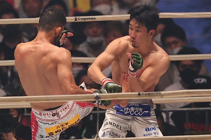 総合格闘技ではリスクが高いとされる下からの寝技で勝どきを上げたクレベルが、その極意を明かした。写真:塚本凜平(THE DIGEST写真部)