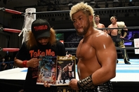 リングで呆然とするタイチ&ザック組を尻目に、強引にもらった調印書を見せつける内藤とSANADA組。(C)新日本プロレス