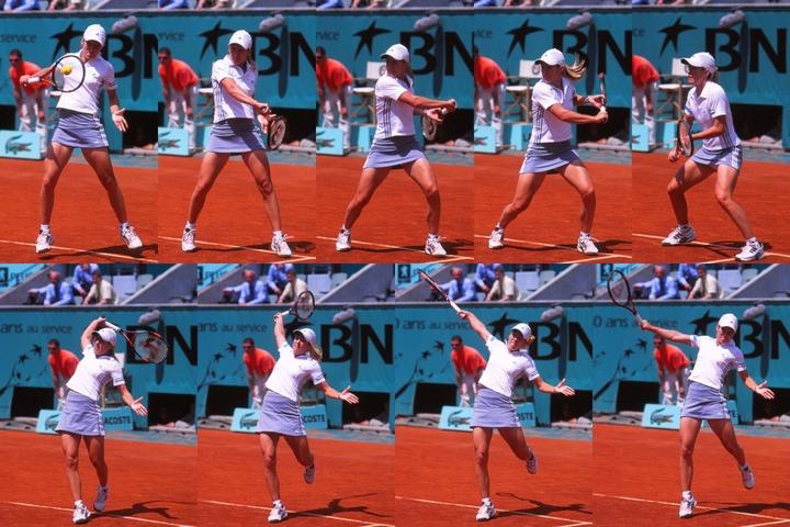 コンパクトなテイクバックから腕を前に突き出してボールをヒット。その後、上体の回転を目いっぱい使って振り切っているのがエナンのバックの特徴だ。写真:スマッシュ写真部