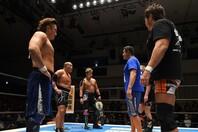 CHAOSの前に第三世代トリオが登場。青いシャツを着た永田は、「そろそろ動きますか」と不敵な笑みを浮かべた。(C)新日本