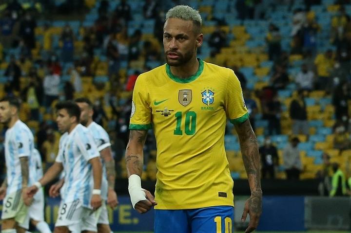 アルゼンチンの身体を張った守りに苦戦を余儀なくされたネイマール。そのプレーに批判の声が相次いでいる。(C)Getty Images