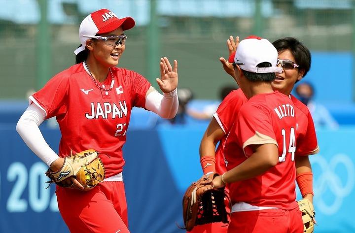日本の窮地を救った若き左腕、後藤(左)。金メダル奪取への鍵を握る存在だ。(C)Getty Images