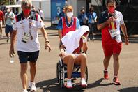 歩くことができず、車いすでコートから運び出されるバドサ。(C)Getty Imaes