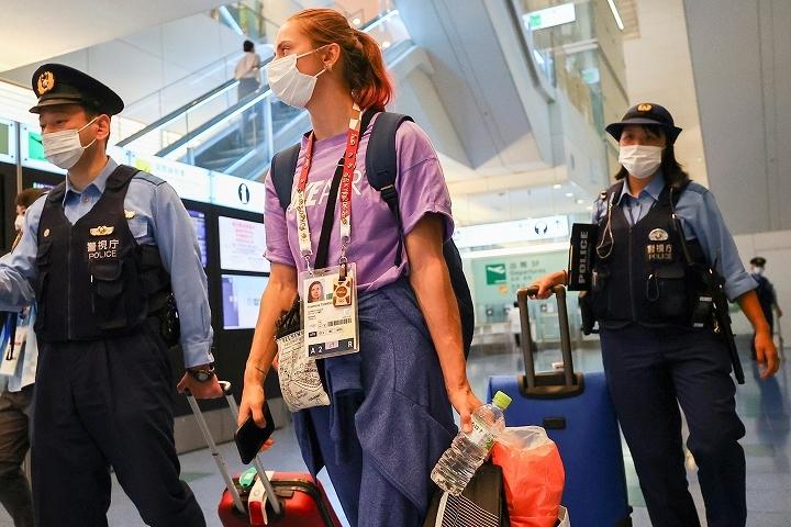 羽田空港で事情を説明するツィマノウスカヤ。ベラルーシでの投獄を恐れた彼女の行動は小さくない騒動に発展している。(C)REUTERS/AFLO