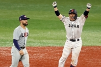 甲斐(右)のサヨナラ打で勝利した稲葉ジャパン。彼らのアメリカからの勝利は小さくない話題を呼んだ。(C)Getty Images