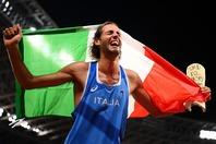 走り高跳びの同時優勝に喜びを爆発させるタンベリ。出国時にはユーモラスな一面を覗かせた。(C)Getty Images