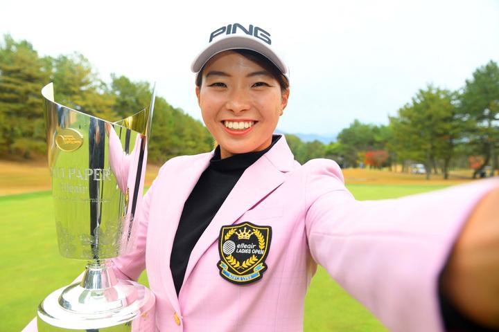 今季4勝目を挙げた渋野。賞金女王を争う1位・鈴木との差を1511万1351円に縮めた。(C)Getty Images
