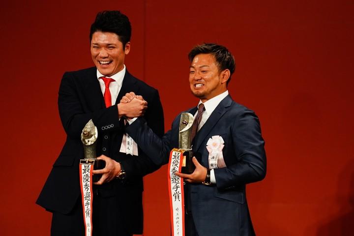 坂本(左)と森(右)が納得のMVP受賞。ともに初の戴冠となった。写真:金子拓弥(THE DIGEST写真部)
