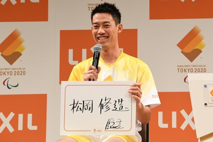 パラリンピック聖火ランナー募集記者発表会にゲスト出演した錦織圭。その手にしたパネルには熱血ヒーローの名前が……。写真:徳原隆元