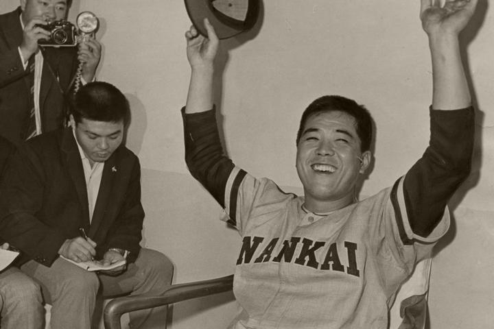 1965年、戦後初の三冠王に輝き万歳する野村。だが、クビになっていたらこの喜びもなかった…。写真:朝日新聞社