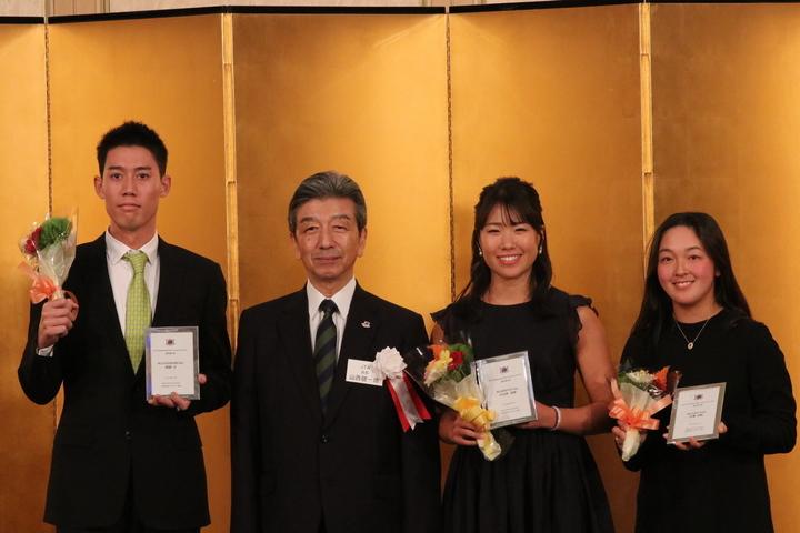 年間優秀選手賞を受賞した選手たちと日本テニス協会会長の山西氏。左から錦織圭、山西氏、日比野菜緒、佐藤南帆。写真:スマッシュ編集部