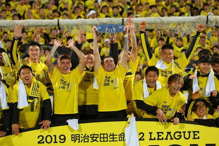 J2優勝、J1昇格を喜ぶ柏レイソルの選手とサポーターたち。写真:田中研治