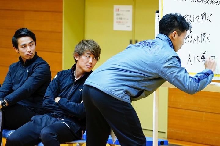 講演会なので「先生っぽく」とホワイトボードを活用する斉藤(右)を興味津々で見る同期の沼尻と西岡。写真:山崎賢人(THE DIGEST写真部)