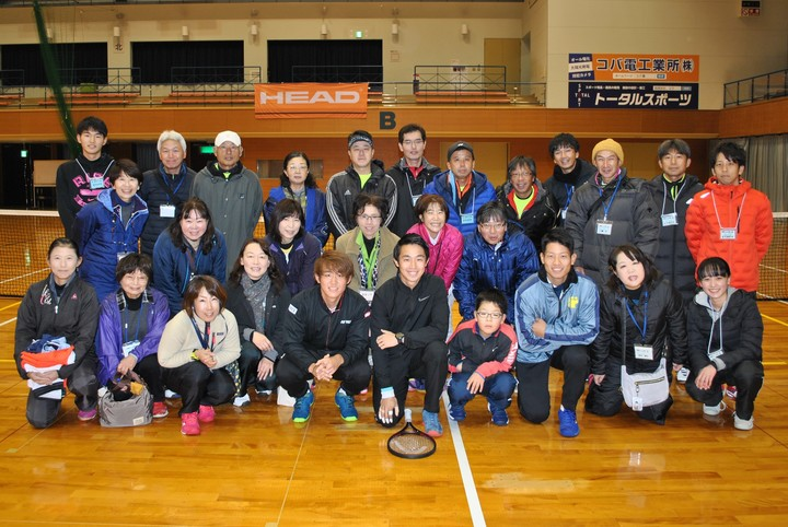 斉藤貴史、西岡良仁、沼尻啓介と、津幡町テニス協会の皆さん。写真:津幡町テニス協会