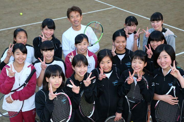 杉並区和田中学校で外部コーチとしてテニス部を指導している深田悦之氏と教え子たち。写真:茂木あきら(THE DIGEST写真部)