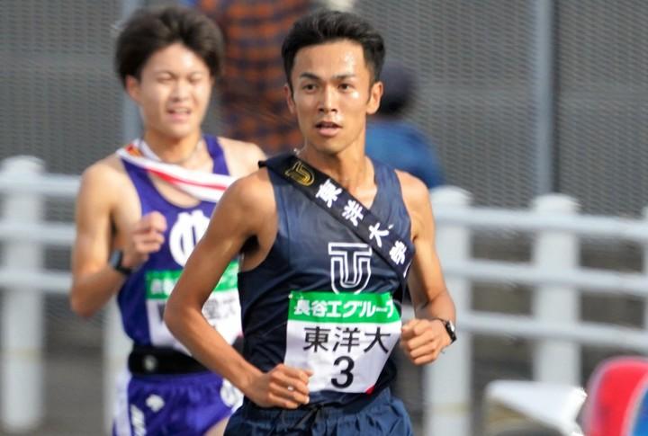 東洋大の相澤は、全日本で10人全員を抜き去り、区間新記録でトップに立った。写真:朝日新聞社