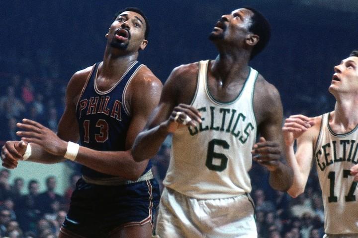 ラッセル(右)とチェンバレン(左)。2人の支配的なビッグマンがリーグを席巻した。(C)Getty Images