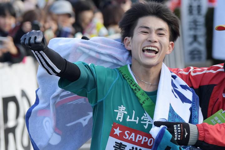 往路を1位でゴールする青山学院大の飯田。写真:朝日新聞社
