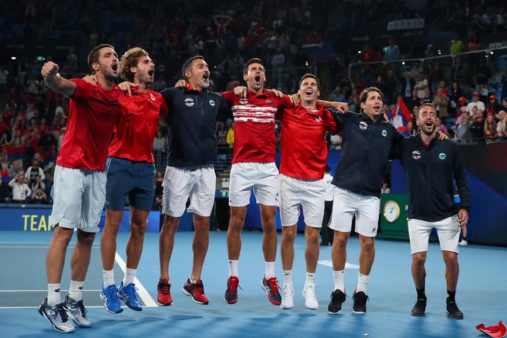 優勝を決め肩を組んで喜ぶセルビアチーム (C)GettyImages